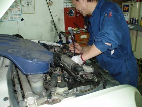 車高調整中にエンジンルームチェック中の主任٩(`・ω・´)و